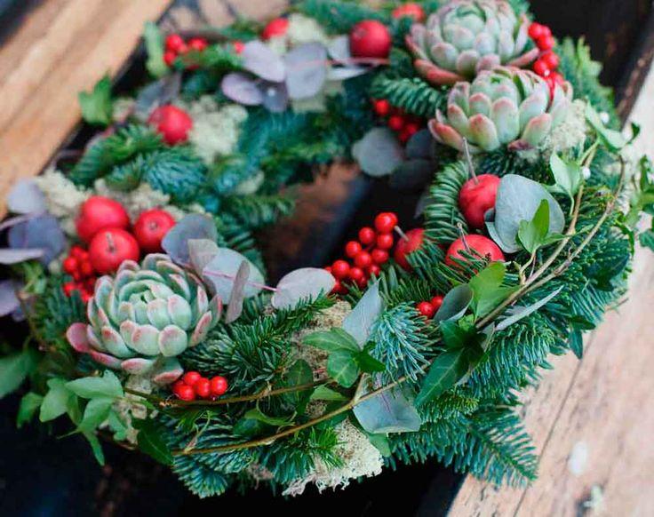 Floristen Jenny Strandh från Jenny Strandhs Blomsterdesign i Oxie delar här med sig av sina bästa tips till en härlig krans som passar fint både på dörren eller festbordet.