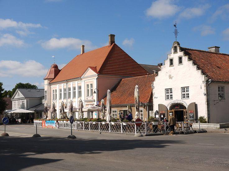 Эстония,  Сааремаа,  В центре  Кууресааре  сохранились костёл, православная церковь, ратуша, несколько средневековых домов.