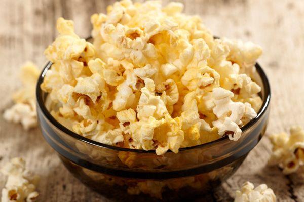¿Cómo hacer palomitas de maíz con sabor a mantequilla como en las salas de cine? Aquí está la receta!  #Palomitas_de_Maíz_Con_Mantequilla #recetas #snack #palomitas #maíz #mantequilla