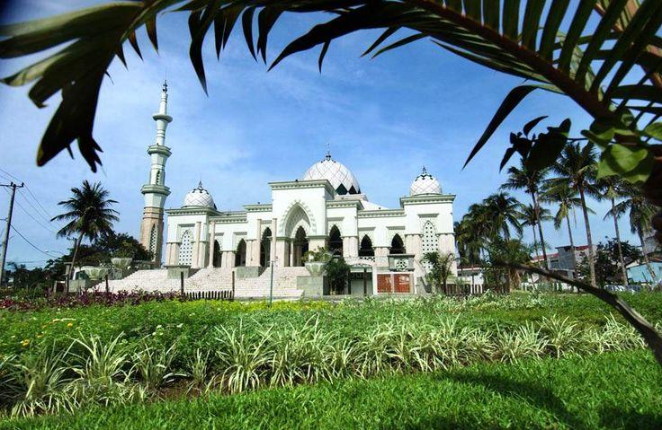 MASJID RAYA MAKASSAR. Masjid ini dibangun pada tahun 1948 dan selesai pada tahun 1949. Lalu, direnovasi dari tahun 1999 hingga tahun 2005. TRIBUN TIMUR/OCHA ALIM