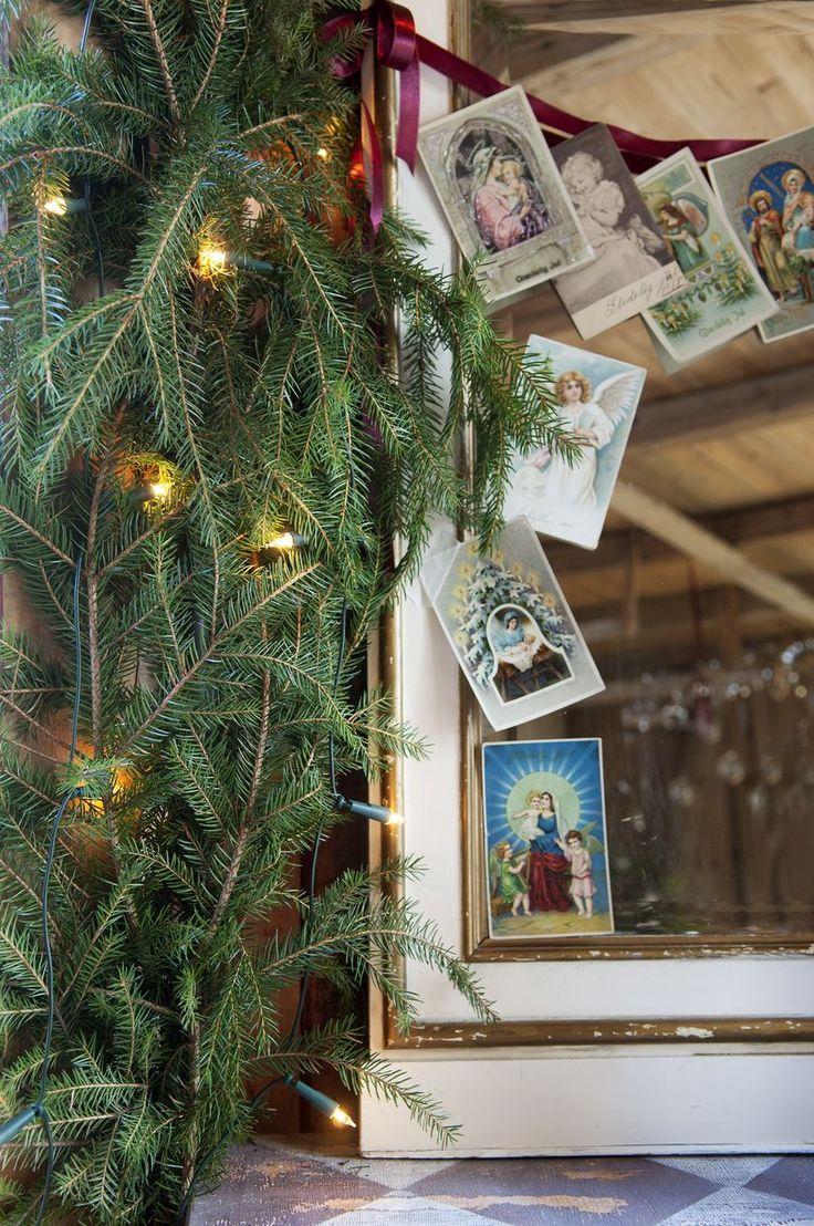 JUL I FJØSET: Idé! Heng gamle kort på en silketråd og pynt opp et speil | BoligPluss