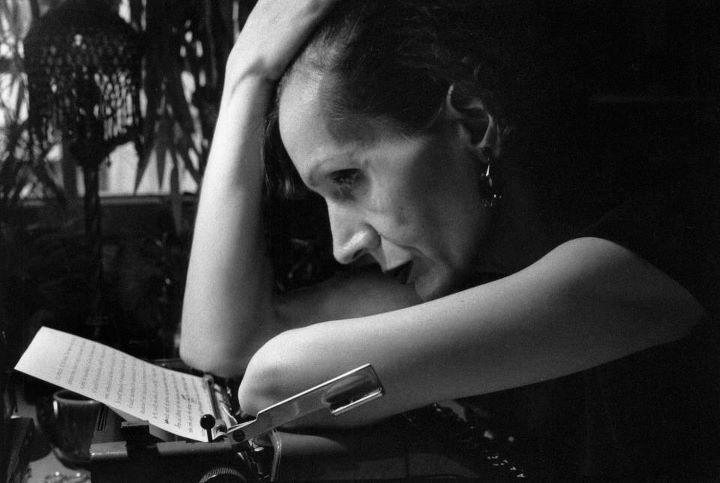 """Ο χρόνος είναι ένας καθρέφτης που όπως τον κοιτάζεις έτσι θα σε κοιτάξει""""... ....η #Ζυράννα_Ζατέλη μέσα από μια καλειδοσκοπική αφήγηση αποκαλύπτει την """"ηδονή στον κρόταφο"""", τα μυστικά της μαγικής της γραφής.   #author #writer #book #zateli #ergasthri #syggrafea http://fractalart.gr/zateli-zyranna/"""