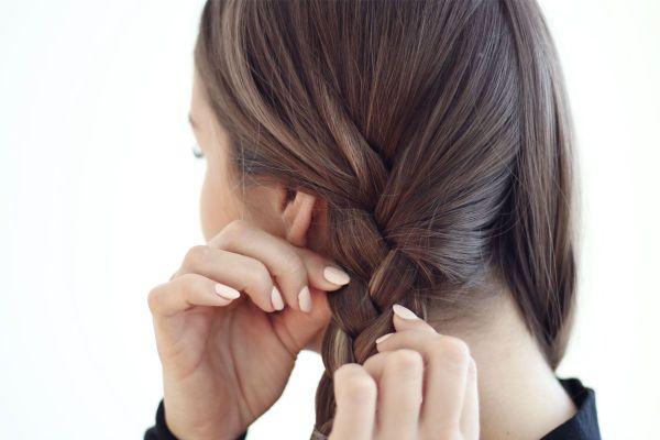 STEG 3: For at håret skal bli penest når jeg tar det ut så passer jeg på å flette fast men ikke for stramt. Jeg går også over og drar litt i fletten så håret ikke ligger i klem og lager uflatterende fasonger. Er håret ditt litt tørt er det kjempefint å ta litt hårolje nederst i lengdene før du fletter.
