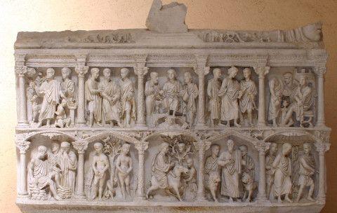 Representación en un sepulcro donde en sus figuras se observa la historia de Cristo