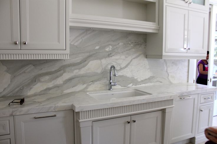 calacatta kitchen with full height backsplash look at how the veining