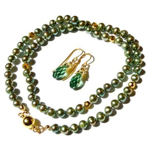 69c666d0faa Smykkeskou: Grøn perlekæde - Halskæde med 5mm grønne ferskvandsperler og  4mm guldkrystalperler. De er