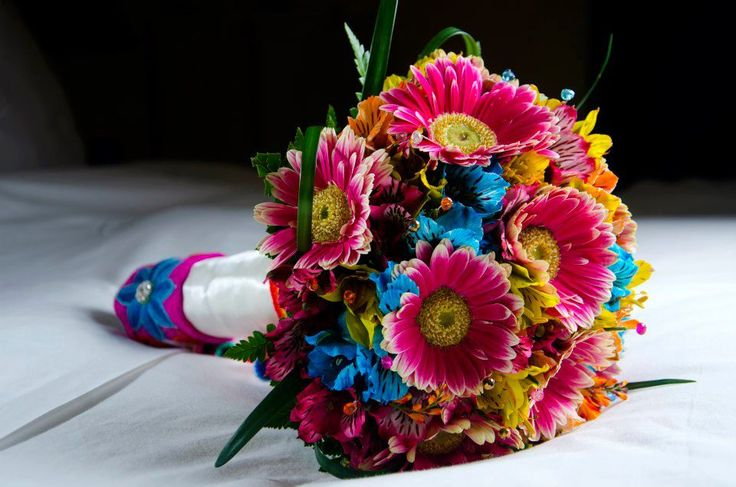 Bouquet temático (Andino) elaborado a base de gerberas y alstromelias de colores. En el mango lleva bordado andino  de flores y pedrería. Escríbenos a novias@camelyfloreria.com