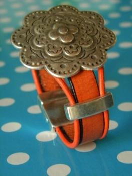 Pulseira cabedal 10mm com medalha flor