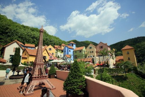 Petite France (가평 쁘띠프랑스) Seoul/Gyeonggido's Korea100 Category : Humanities , Experience Attractions, Unique Experience Tour Information :  After travelling 10 km along the lakeside road from Cheongpyeong Dam, in the direction of Namiseom Island, you will come across a cluster of white, ex..