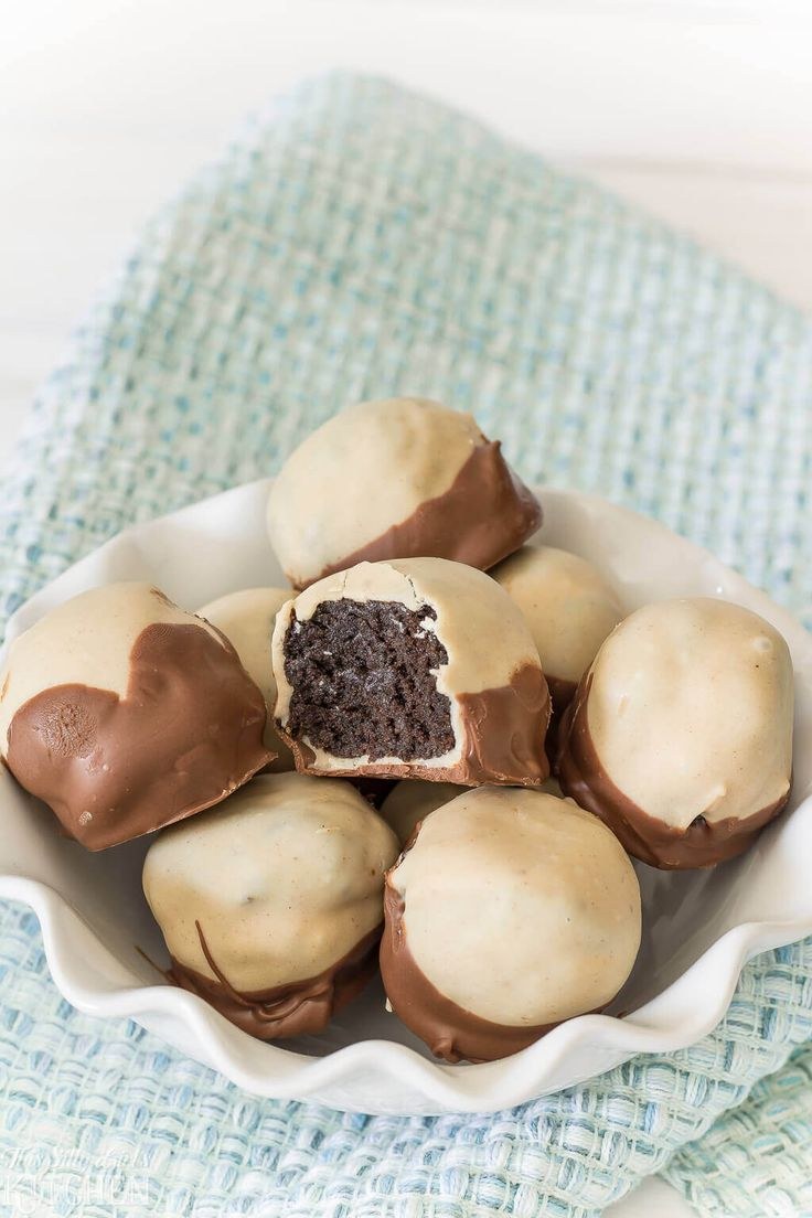 These Peanut Butter Oreo Buckeyes are incredibly tasty! Peanut butter Oreo truffles are dipped in peanut butter coating and milk chocolate! via @bestblogrecipes
