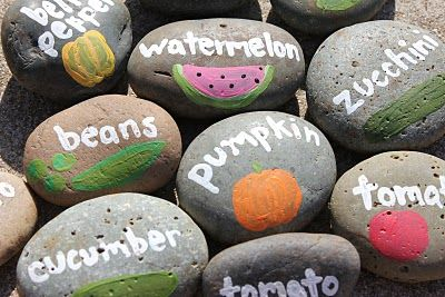 This is a great way to mark your rows! :-)Gardens Stones, Gardens Ideas, Plants Labels, Painting Rocks, Vegetables Gardens, Plants Markers, Gardens Markers, Veggies Gardens, Gardens Rocks