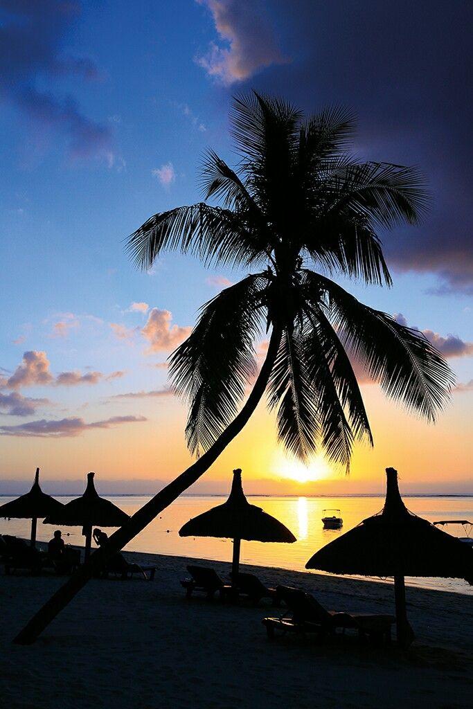 Chasing #sunsets ❤ Easing into the #weekend at Paradis. #lovethisplace . . .  @beachcomber_hotels  #Mauritius #beach #ocean #holiday #travel #luxuryhotel #luxurytravel  #paradise #luxury #island #happy #wanderlust #holidaygoals #instatravel #travelgram #sunshine #beachlife #viptravel #igtravel #sunset #sunsets #beachwalk