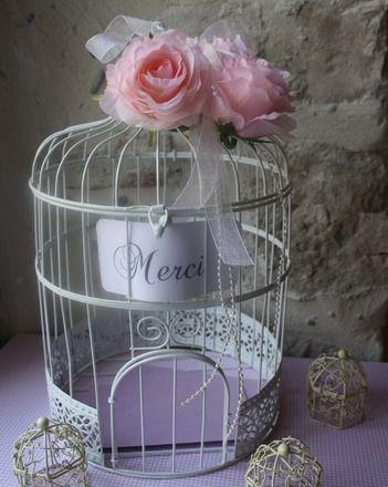 Cette urne en forme de cage sera parfaite pour que vos convives puissent y déposer une enveloppe comportant un mot de félicitations ou une aide financière pour que vous puissiez - 14815529