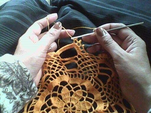 Doily crochet color o pequeño tapete a crochet en hilo de color.