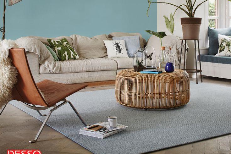 Heb je gekozen voor tapijt dan heb je al warme voetjes, maar bij een harde vloer is het mooi om een karpet bij de zitgroep of dat ene hoekje bij de haard toe te passen. Door de mix van de harde vloer met een zacht karpet creëer je sfeer. Kies een BASIC wol, een STOER Denim, ZEEGROEN vintage of een NATUREL sisal met een leren band. Je zal merken dat als er een kleed ligt ineens de zitgroep één geheel wordt. Het verbind alle meubelen met elkaar en geeft een gevoel van eenheid.