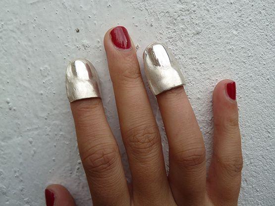 """Accesorios tipo """"prótesis"""" para dedos en plata 0.925 de Camila Silva."""