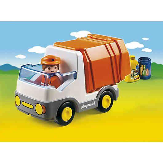 """Das PLAYMOBIL® Spielset """"Müllauto"""" (PLAYMOBIL®-Nr.: 6774) aus der PLAYMOBIL® 1-2-3 Reihe fördert Logik und Motorik.<br /> <br /> Das kleine Müllauto fährt durch die ganze Stadt, sammelt alle Tonnen und Säcke ein und hält alles schön sauber.<br /> Diese Arbeit macht Spaß, denn es gibt viel zu sehen und zu entdecken, man trifft viele Leute und muss immer aufpassen, dass alles mitkommt.<br /> <br /> Das kleine Müllauto verfügt über..."""