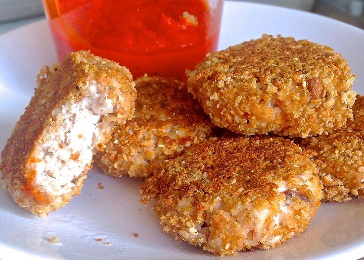INGREDIENTES PARA LOS NUGGETS(1 ración) 100g de pollo 2 rebanadas de pan Wasa Vitalité(el paquete morado) 2/3 claras de huevo INGREDIENTES PARA LA SALSA 1cebolleta medio pimiento 30g de calabaza   PREPARACIÓN Nuggets: Para que salga más jugoso, he asado las pechugas de pollo al horno y luego las he desmenuzado. (Sí queréis ir más rápido cogéis la pechuga la pasáis por la plancha y la cortáis en trozos pequeños) Metéis el pollo en una batidora con 1 clara para que se haga una especie de…