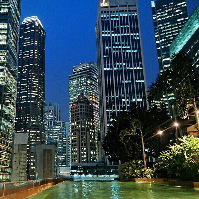 Ciao Singapore, io ti saluto così, con uno dei momenti che mi hanno conquistata in questi giorni, sembra strano, ma solo oggi ho pensato: sono a Singapore. Sarà che mi sono fermata, cosi, in piscina per qualche ora, sará che ero rimasta solo io, erano le 18.30 (quasi come adesso in Italia) ed era giorno, poi in un attimo così, luci che brillavano sulla piscina. Ciao Singapore, si torna in Italia, ma ci rivediamo presto. #nx30