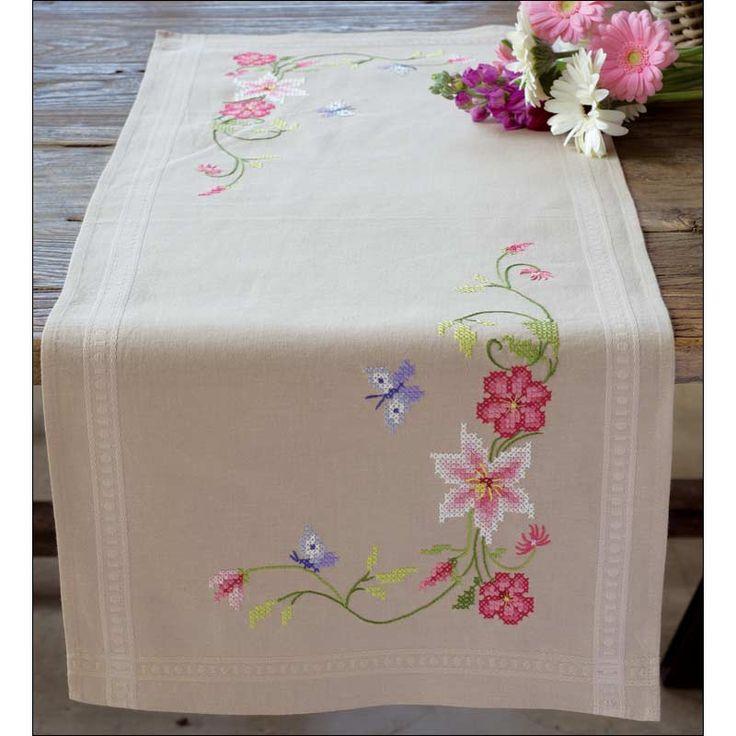 <h2>Chemin de table imprimé Fleurs roses avec papillons à broder au point de croix - Chemin de table Vervaco</h2>