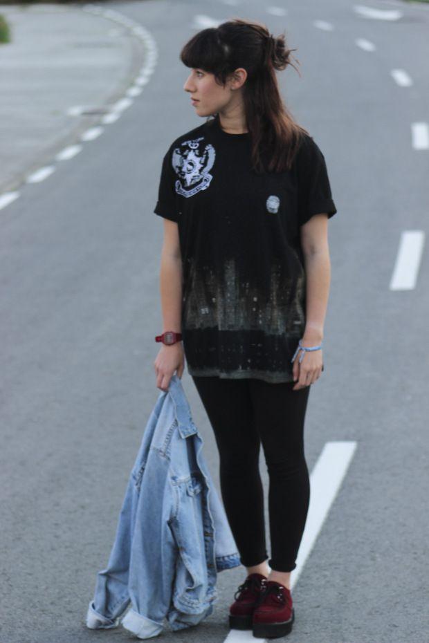 Look inspiracion Luanna del blog le-happy.com con camiseta pintada a mano, cazadora vaquera Levi's oversize y creepers granates.