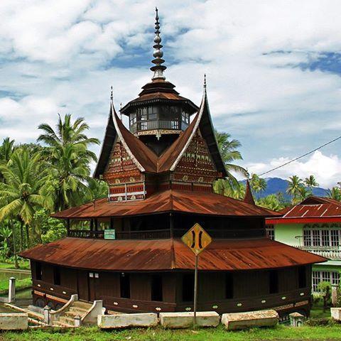 """""""SURAU NAGARI LUBUAK BAUAK"""" Sebuah perpaduan harmonis antara Religi Dan Tradisi, melahirkan sebuah karya arsitektur bernilai seni tinggi.  #westsumatera #indonesia"""