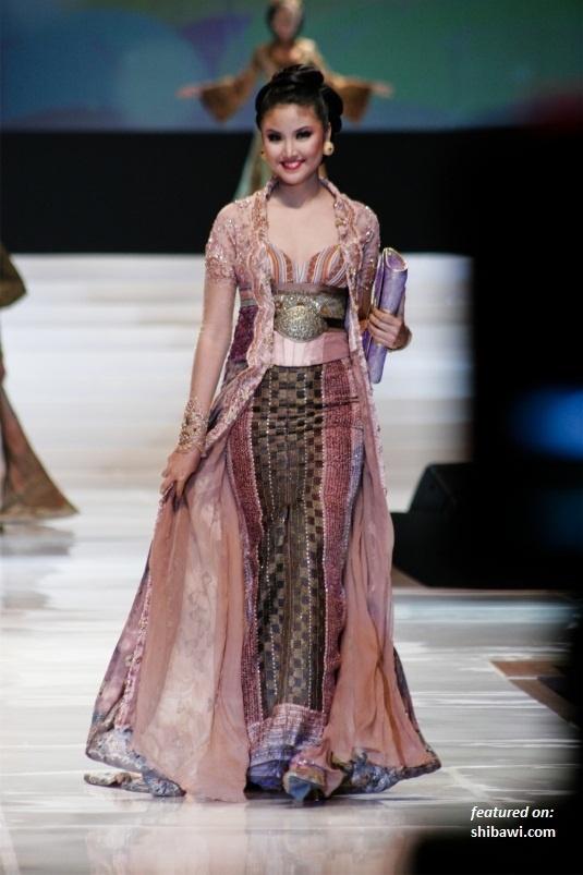 Anne Avantie Kebaya Damai Negeriku-Putri Indonesia 2012