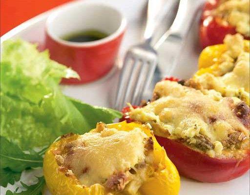 Täytetyt paprikat Koverra paprikat ja leikkaa pystysuunnassa kahtia, näin tulee isompi täyttöaukko. Silppua sipulit ja sienet. Kuutioi omena ja suolakurkku. Kuullota sipulisilppu öljyssä. Lisää joukkoon sienet, omena ja suolakurkku. Anna ainesten kypsyä hiljalleen. Lisää joukkoon ranskankerma ja loraus soijakastiketta. Mausta reippaasti currylla ja varovasti cayennepippurilla. Anna hautua hetken aikaa. Lusikoi täyte uunivuokaan nostettuihin paprikanpuolikkaisiin. Peitä …
