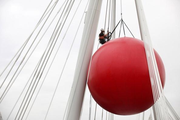 Kurt Perschke's RedBall Is Installed In London