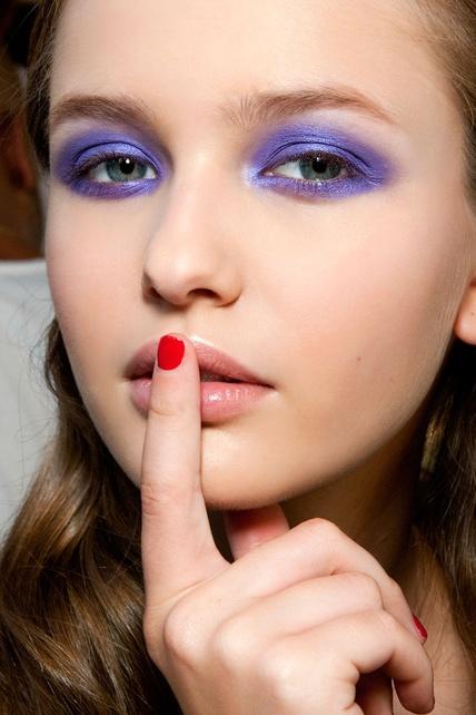 Ojos ahumados en tono violeta.