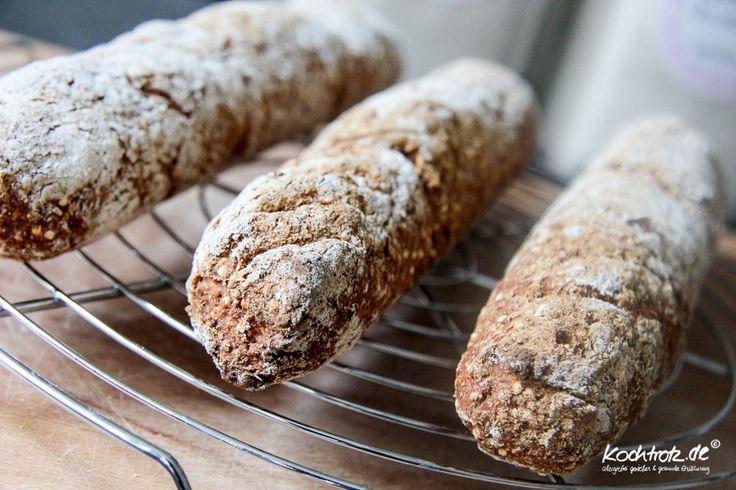 Ein sehr einfaches Rezept für leckere hefefreie und glutenfreie Baguettes. Der Clou, da der Teig nicht gehen muss, sind die Baguettes ruckzuck gemacht und gebacken. Es gibt ebenfalls ein Option für Dinkelmehl, das ist aber glutenhaltig.