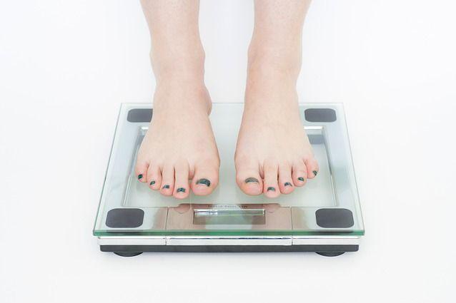 Vuoi perdere peso e tornare in forma? Ti sveliamo I segreti per bruciare le calorie più velocemente: bere tè verde, mangiare banane, assumere proteine e non saltare la colazione.
