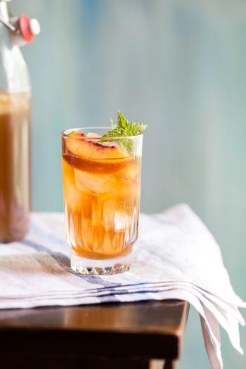 こちらは甘い香りが漂うピーチシロップで作ったアイスティー。飾りに生の桃とミントの葉を飾れば、オシャレ度アップです。 【シロップの材料】 水 2カップ 砂糖1カップ 桃 2個