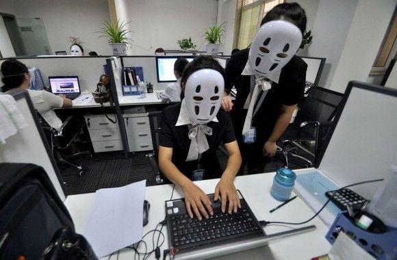 社員全員がマスクをかぶり表情を隠す「カオナシの日」