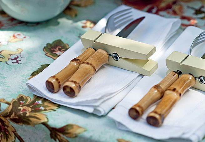 """Cada convidado recebe um charmoso """"kit churrasco"""": sobre um sousplat quadrado, prato, bowl colorido para a farofa ou o arroz e copo para a batata ou a polenta frita"""