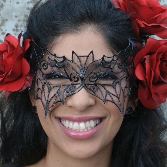 Make this pretty mask in minutes using tulle & puffy paint! Plus download the free pattern!