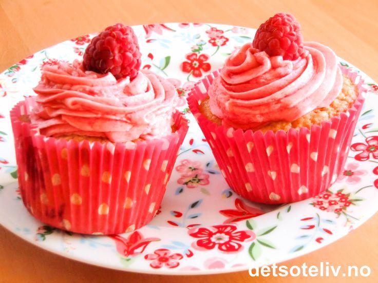 """Pretty Sweetie """"Raspberry Cupcake""""!   Her er det søte, røde bringebær både i deigen, kremen og pynten. Oppskriften gir 12 stk nydelige cupcakes!"""