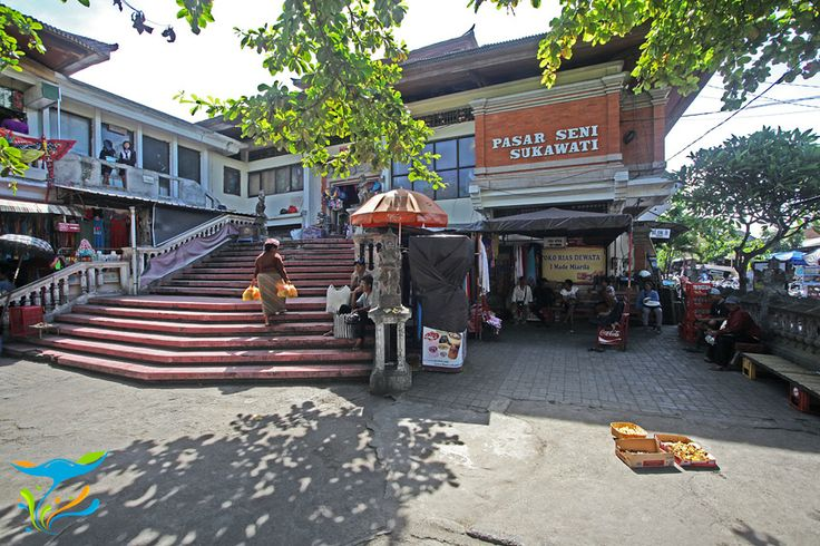 Ini gedung utama Pasar Seni Sukawati, tapi membludaknya pedagang membuat jalan-jalan dan gang-gang disekitarnya juga disesaki kios-kios cinderamata.
