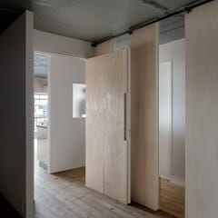 Portas e janelas rústicas por 蘆田暢人建築設計事務所 Ashida Architect & Associates