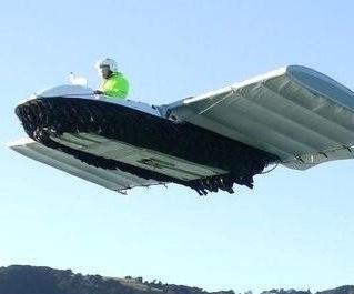 Rudy Heeman uit Nieuw-Zeeland, heeft een voertuig gebouwd dat zowel over land, op het water als in de lucht kan voortbewegen. Het kostte de beste man elf jaar van zijn leven om de vliegende hovercraft te bouwen.    Een hovercraft richt zich normaliter slechts een klein stukje boven het water op. De W.I.G. (wing in ground effect vehicle), zoals Heeman het zelf noemt, stijgt bij een snelheid van 70 km/u op en verandert eigenlijk in een vliegtuig. Hij heeft een bereik