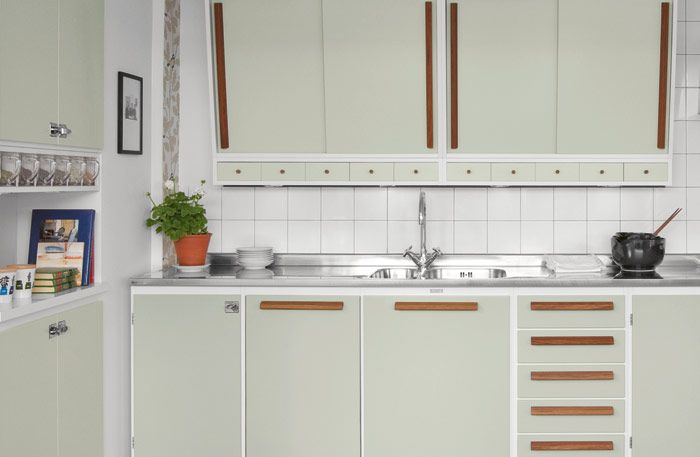 faint shade of gray cabinets and white backsplash tiles makes up for this simple yet elegant kitchen.