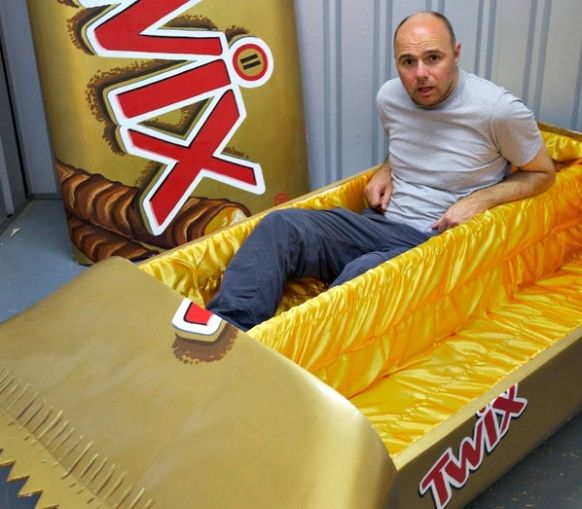 karl-pilkington-in-twix-coffin-the-moaning-of-life_582_509.jpg (582×509)