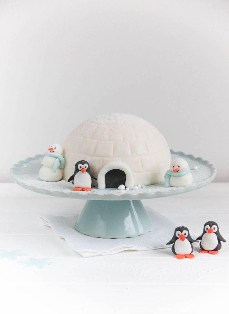 Ihr Lieben! Passend zur Jahreszeit haben wir heute eine Iglu-Torte für Euch. Auch wenn sich der Schnee dieses Jahr nur ganz ganz selten sehen lässt und die Temperaturen im Moment eher an Frühling erinnern, gibt es den Winterzauber zumindest auf unseren Blog. Diese mit Fondant überzogene Torte ist mal etwas ganz anderes als wir sonst …Read more...