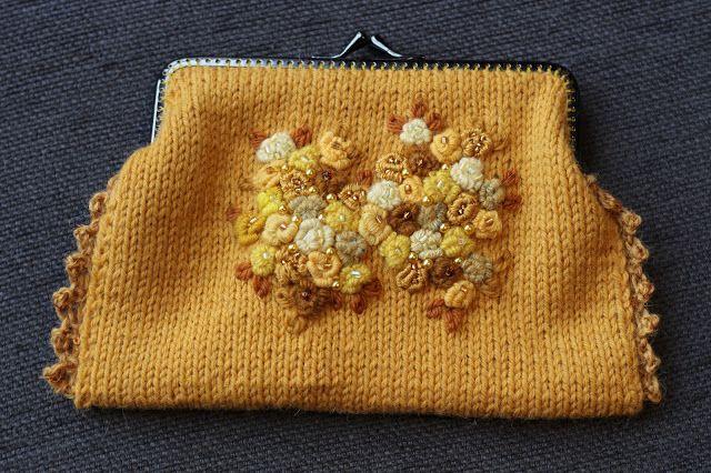 VÅRLI : Strikket pung med broderte roser og perler