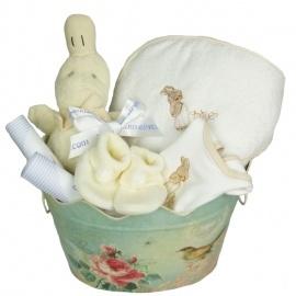 Cesta regalo para bebé. Canastilla con capa de baño en la que se puede bordar el nombre del bebé, patucos, babero, pato antivuelco y cartitas personalizadas.