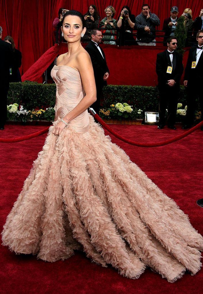 Penelope Cruz - 2007 Oscars - pink gown by Atelier Versace.