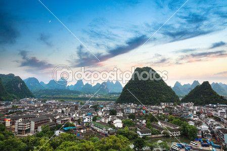 Veduta aerea della città di contea di yangshuo con bagliore tramonto, paesaggio di montagna bella di Carso, Cina — Foto Stock © chungking #22308441