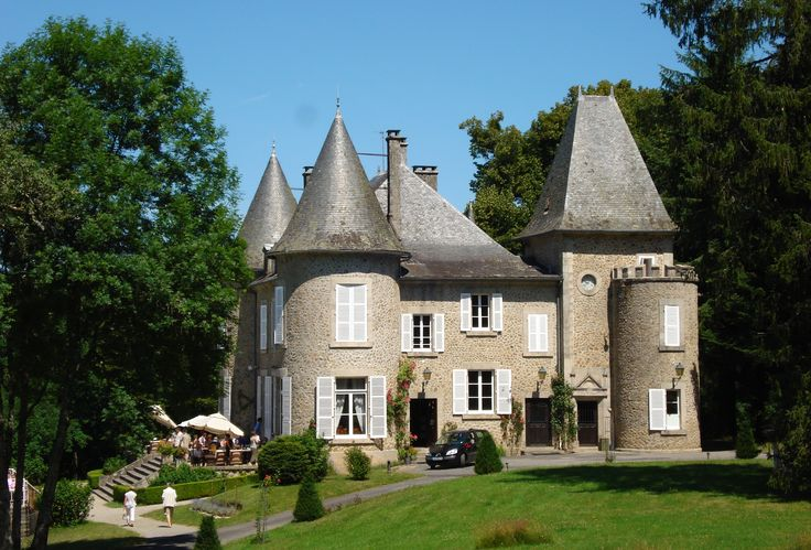 Chateau le Mialaret op Domaine de Mialaret, een 44 hectare grote kasteelcamping vlakbij de Gorges de la Dordogne en het meer van Neuvic