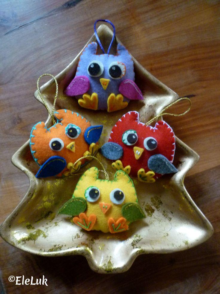 Teneri gufetti da appendere all'albero di Natale, allo zaino dei bambini o semplicemente per decorare con simpatia un angolo della casa! #owls #feltro #handmade #gufi #decorations