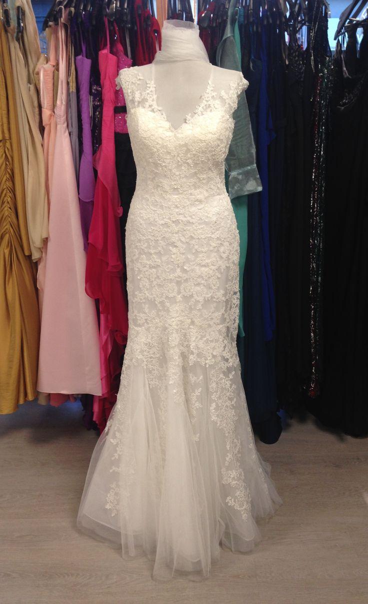 Robe de mariée sirène dentelle et tulle décolleté V et petites manches